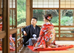 Couple wears Kimono at Japanese garden