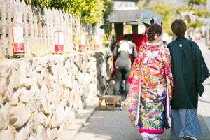 couple walking at Gion Kyoto